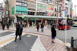 横断歩道を渡って、右方向に歩きます。